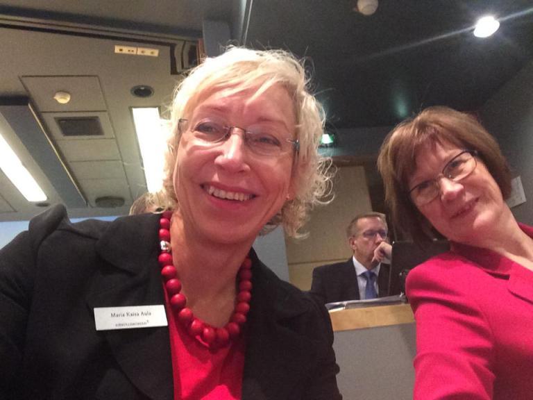 Maria Kaisa Aula ja Eevi Vaisto kirkolliskokouksessa